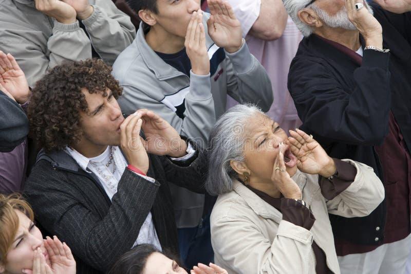 Grupp människor som tillsammans ropar royaltyfri bild