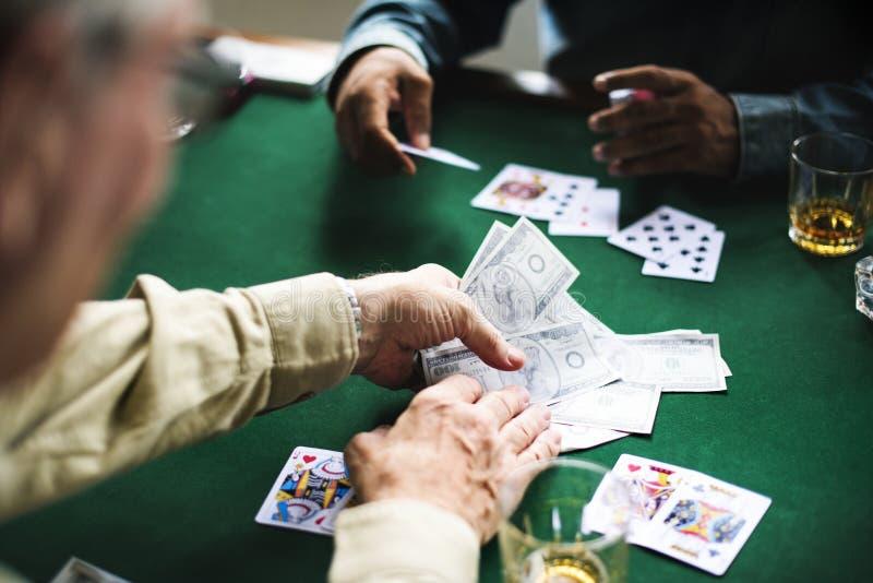 Grupp människor spelar dobblerikort arkivfoto
