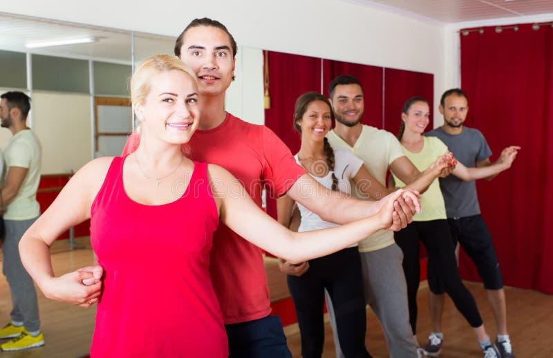 Grupp människordanssalsa i studio arkivbild