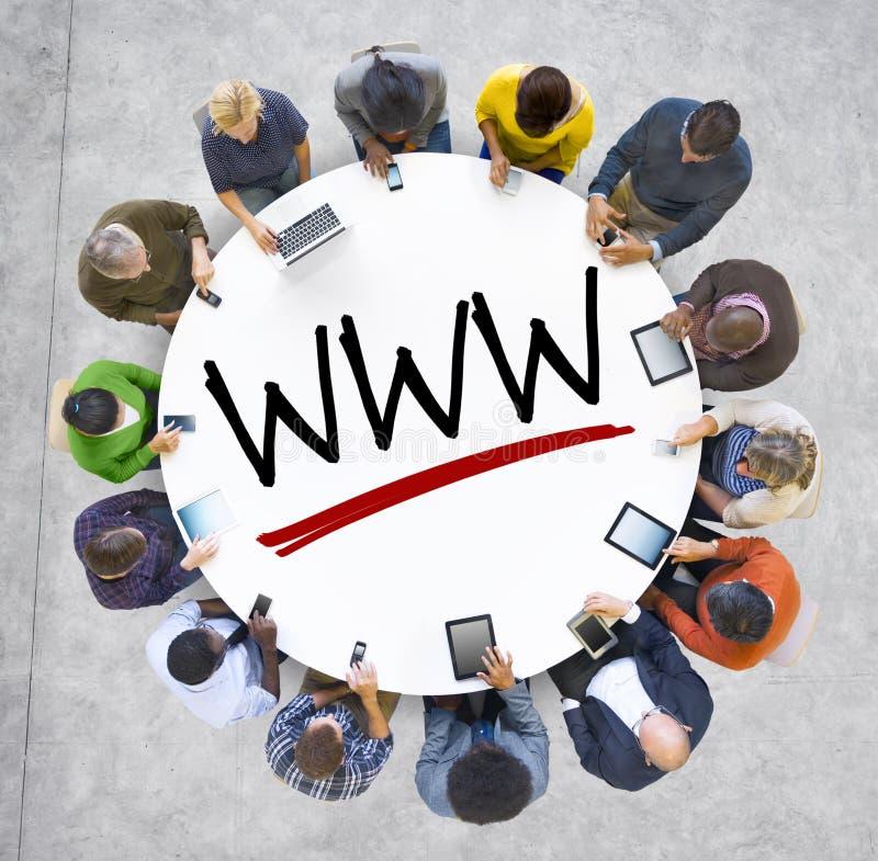 Grupp människorinnehavhänder runt om bokstaven WWW royaltyfri fotografi