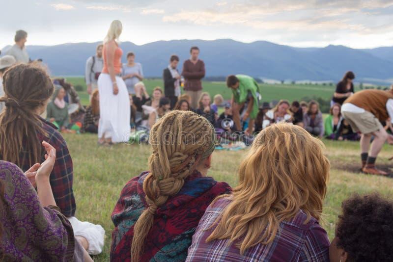 Grupp människorsammanträde i cirkel utomhus royaltyfria bilder