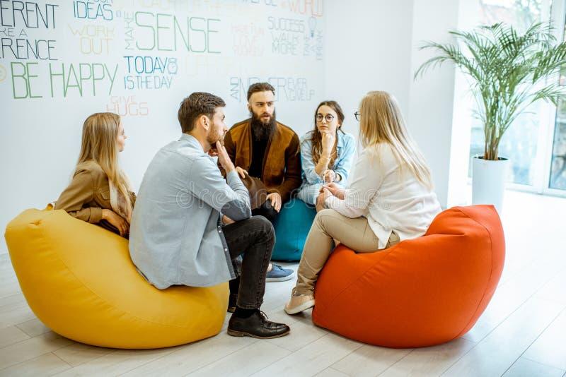 Grupp m?nniskor under den psykologiska terapin inomhus arkivfoto