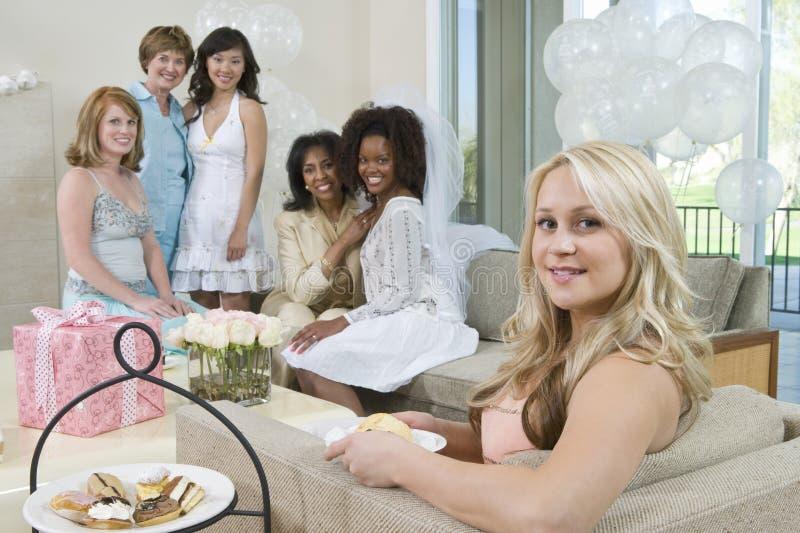 Grupp som ler på Hen Party arkivbild