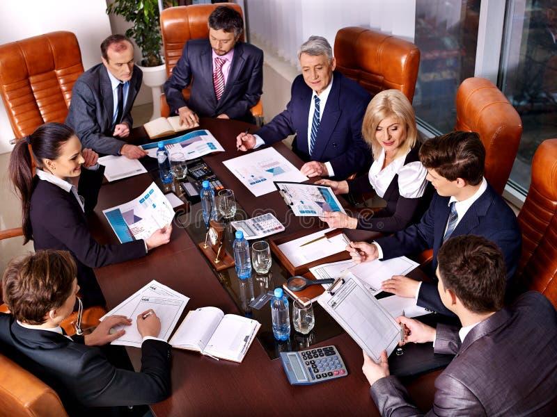 Gruppaffärsfolk i regeringsställning arkivfoton