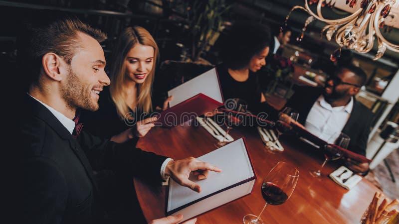 Gruppaffärsfolk som får beställning i restaurang arkivbild