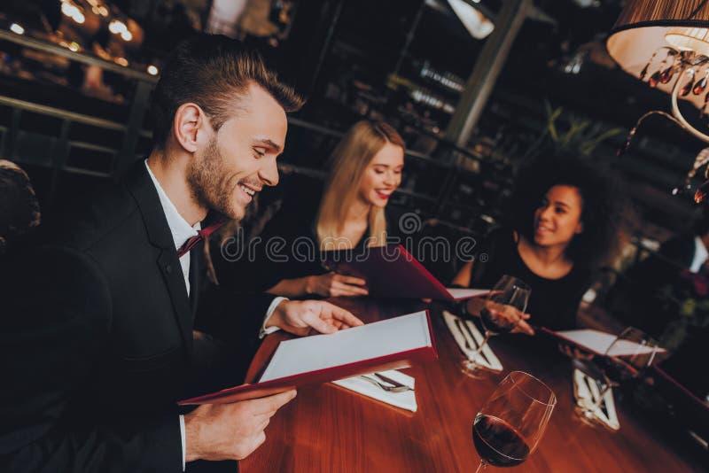 Gruppaffärsfolk som får beställning i restaurang royaltyfri foto