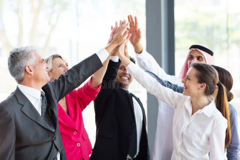 Gruppbusinesspeople som teambuilding arkivfoto