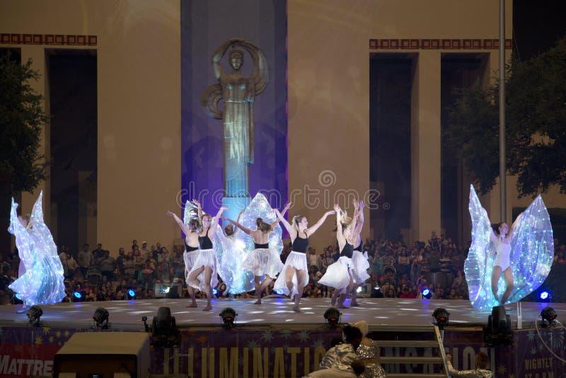Gruppdansare på den utomhus- dansshownatten arkivbild