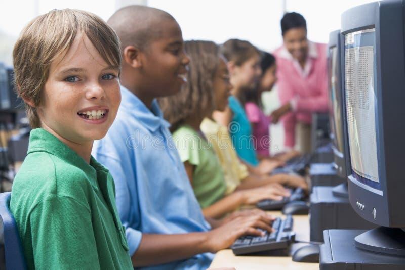 gruppdatorgrundskola arkivbild