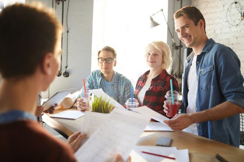 Gruppdiskussion i modernt kontor arkivfoton