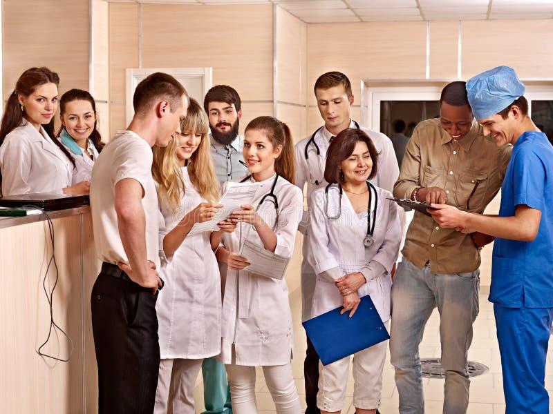 Gruppdoktorer på mottagandet i sjukhus. royaltyfri foto