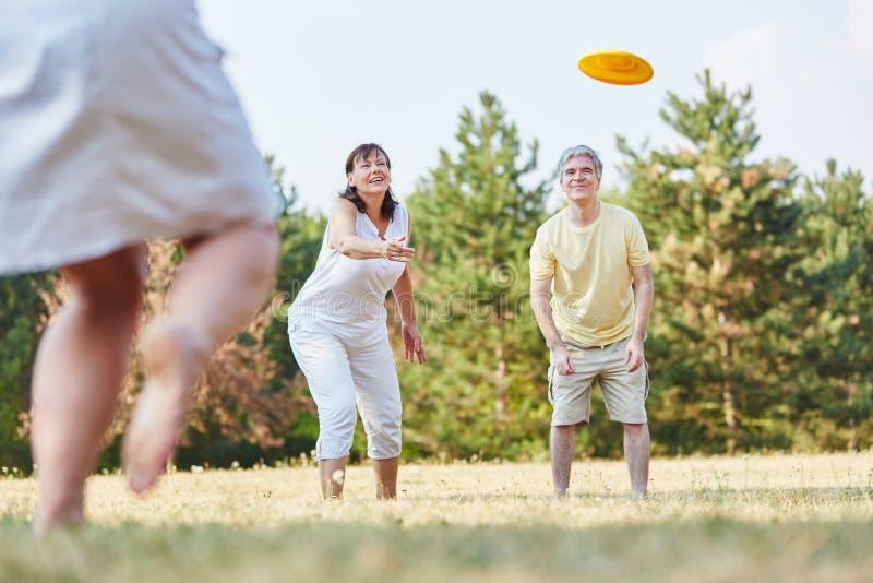 Gruppe ältere Bürger, die Frisbee spielen lizenzfreies stockbild