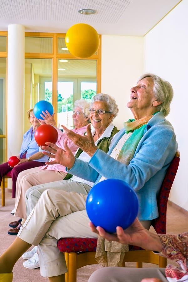 Gruppe ältere Damen in einer Seniorturnhalle stockbild