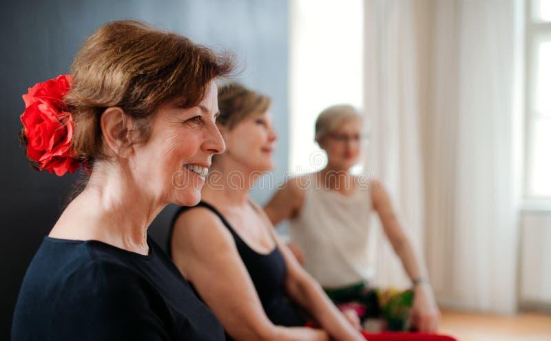 Gruppe ältere Frauen, die an Tanzenklasse, stehend teilnehmen still stockfotografie