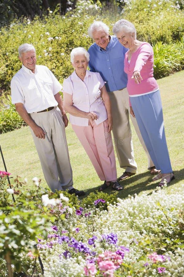 Gruppe ältere Freunde im Garten lizenzfreie stockbilder