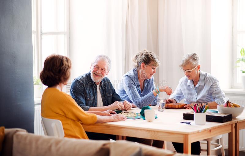 Gruppe ältere Leute, die Brettspiele im Einkaufszentrumsclub spielen lizenzfreies stockfoto
