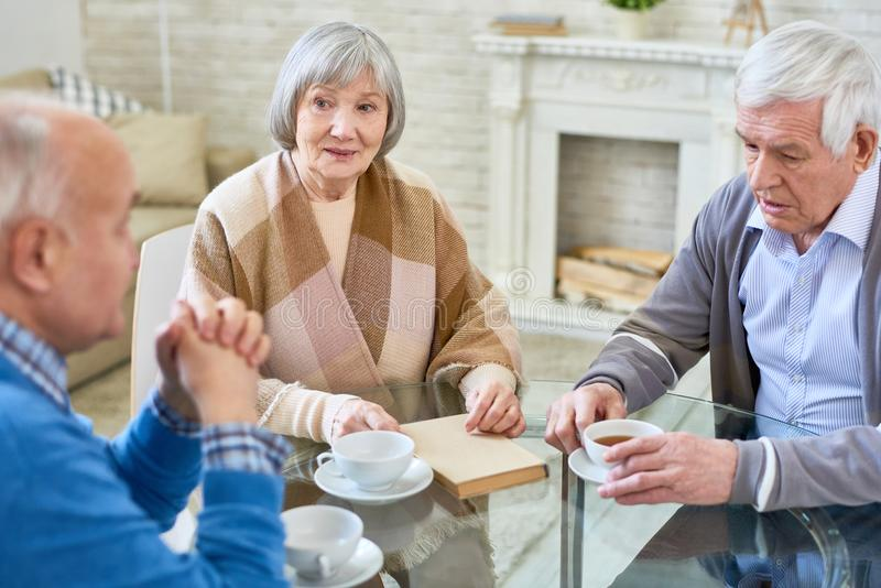 Gruppe ältere Leute im Pflegeheim lizenzfreie stockbilder