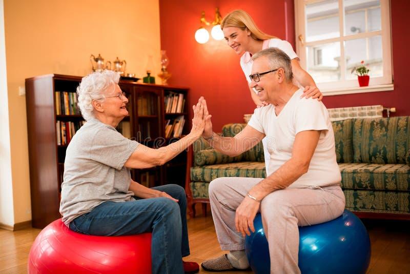 Gruppe ältere Leute trainieren mit Physiotherapeuten in privatem stockbild