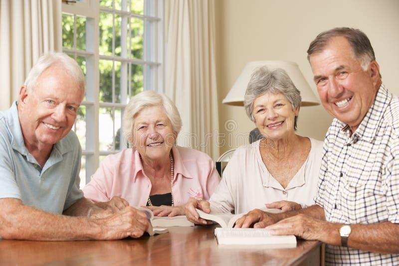 Gruppe ältere Paare, die an Buch-Lesekreis teilnehmen lizenzfreies stockbild