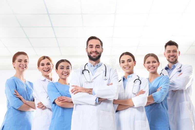 Gruppe Ärzte an der Klinik stockfotos
