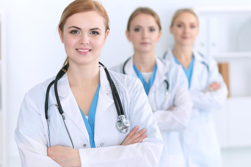Gruppe Ärzte, die am Krankenhaus stehen Team von den Ärzten bereit, Patienten zu helfen Medizin und Gesundheitspflege stockfotografie