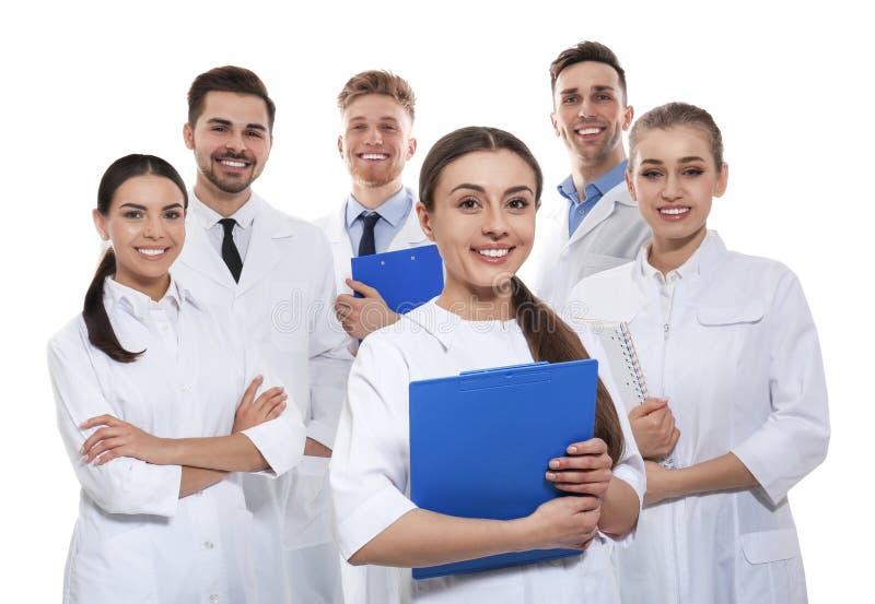 Gruppe Ärzte lokalisiert Schattenbilder der Leute auf Hintergrund des blauen Himmels lizenzfreie stockbilder