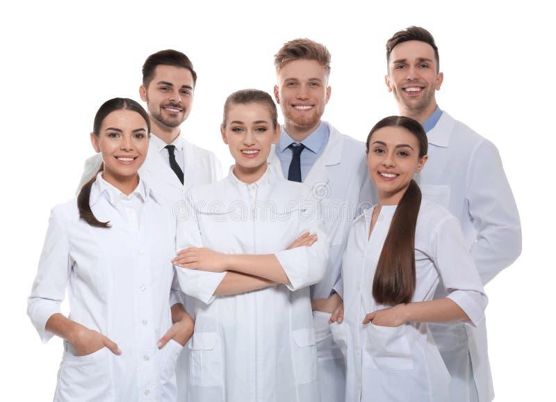 Gruppe Ärzte lokalisiert Schattenbilder der Leute auf Hintergrund des blauen Himmels lizenzfreie stockfotos