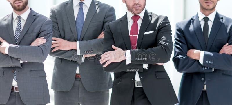 Gruppe überzeugte Geschäftsleute, die togethe stehen stockfoto