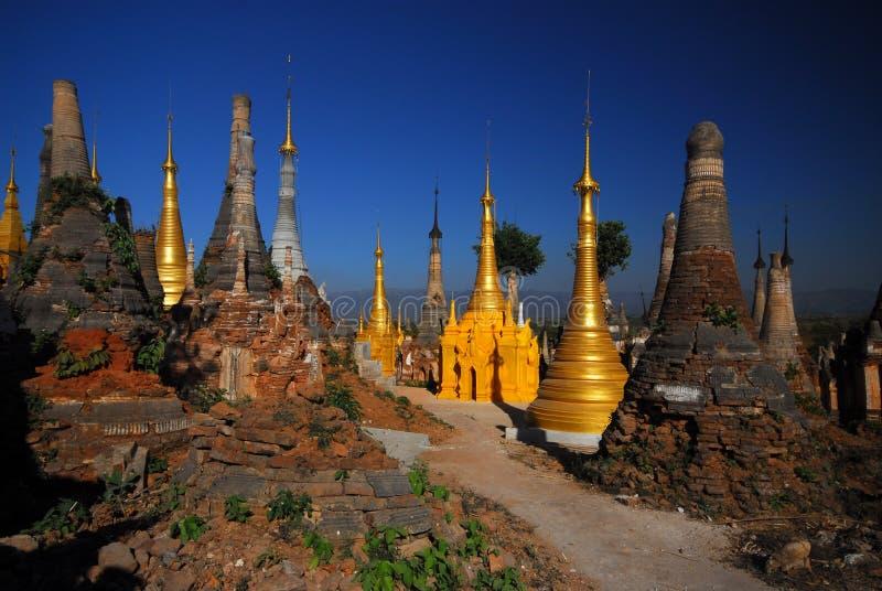 Gruppe alte Pagoden im Tempel auf Myanmar. lizenzfreies stockbild