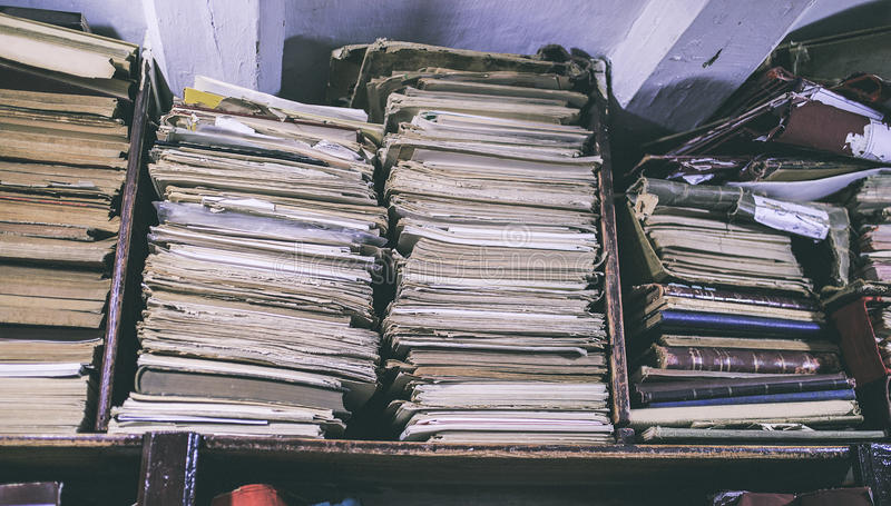Gruppe alte Papiere in einer Bibliothek stockfotografie