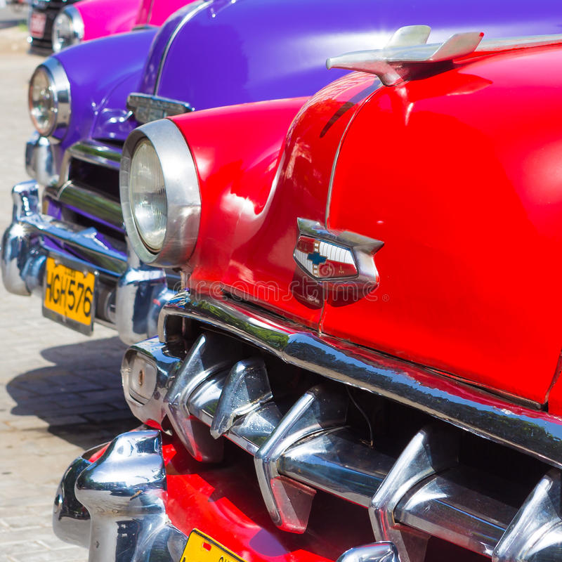 Gruppe amerikanische Autos der Weinlese in Havana lizenzfreie stockbilder