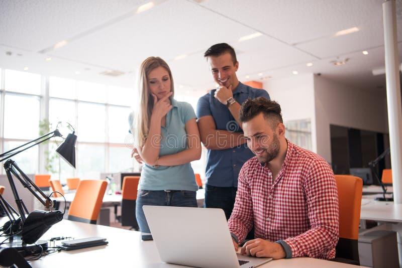 Gruppe Angestelltarbeitskräfte der jungen Leute mit Computer stockfoto