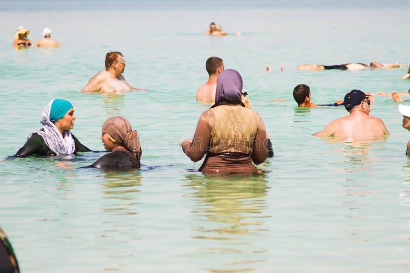 Gruppe arabische Frauen auf dem Strand lizenzfreie stockbilder
