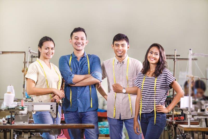 Gruppe Arbeitskräfte in der Textilfabrik lizenzfreies stockfoto