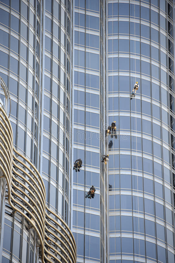 Gruppe Arbeitskräfte, die Fenster säubern stockfotos
