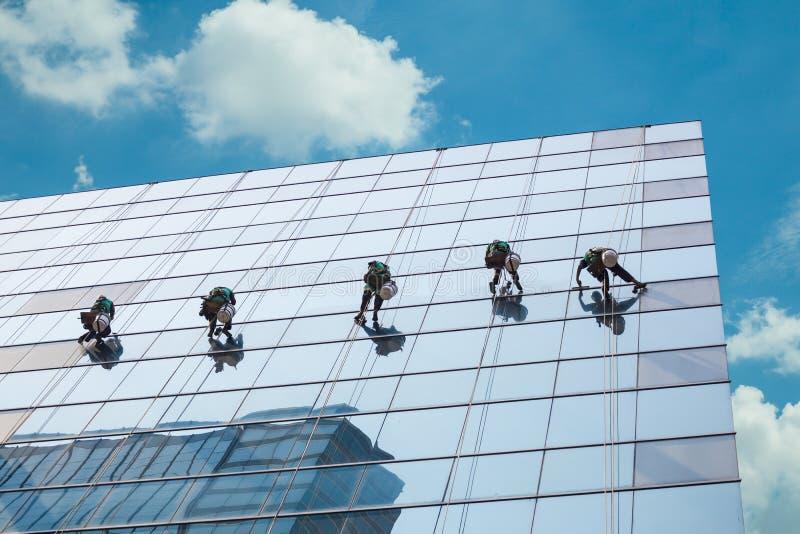 Gruppe Arbeitskräfte, die Fensterservice säubern lizenzfreie stockfotografie