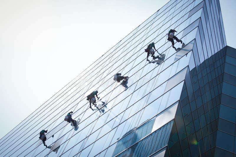 Gruppe Arbeitskräfte, die Fensterservice säubern lizenzfreie stockfotos