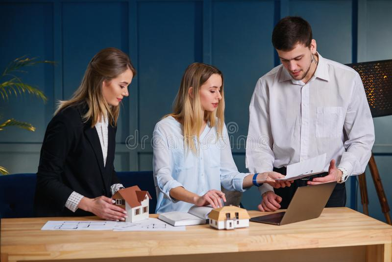Gruppe Architekten, Designer, der an dem Projekt des neuen Hauses, flach arbeitet stockfotos
