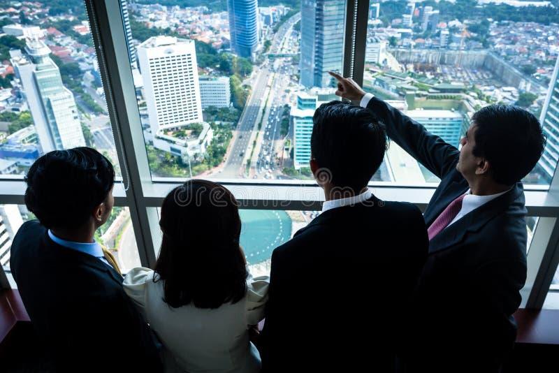 Gruppe asiatische Wirtschaftler, die Stadtskyline betrachten lizenzfreies stockfoto