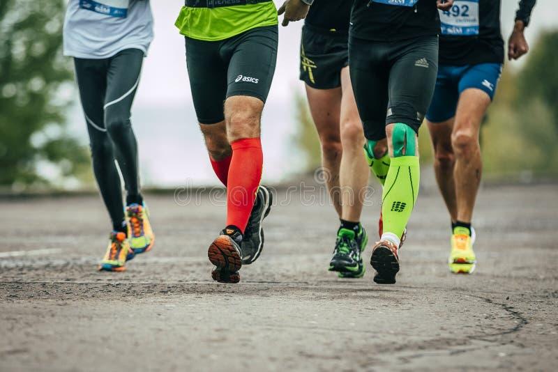 Gruppe Athleten, die entlang den Damm laufen stockfotografie