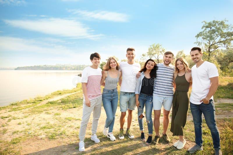 Gruppe attraktive junge Leute draußen lizenzfreies stockbild