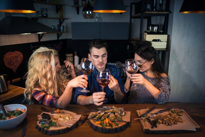 Gruppe attraktive Leute essen zusammen zu Abend lizenzfreie stockbilder