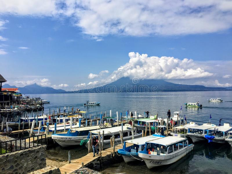 Gruppe Ausflugboote angekoppelt entlang den Ufern von Panajachel, See Atitlan, Guatemala stockbilder