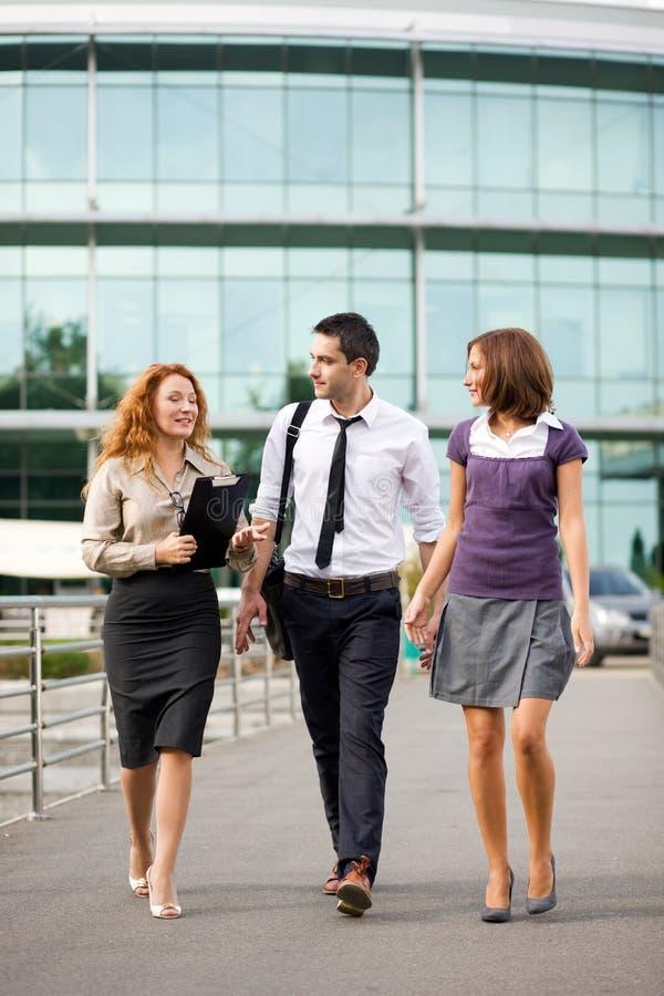 Gruppe Büroangestellten im Freien stockbilder