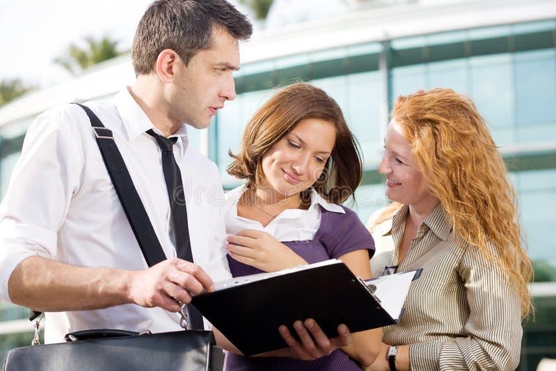 Gruppe Büroangestellten im Freien stockfotos