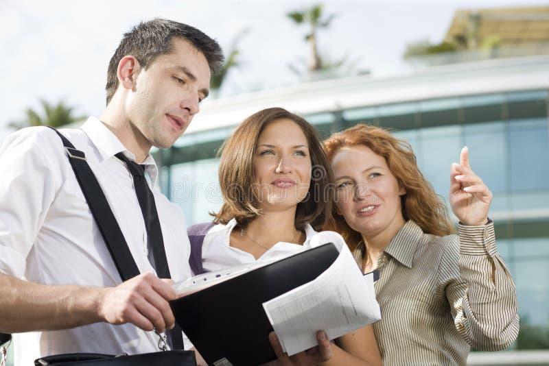 Gruppe Büroangestellten im Freien lizenzfreies stockbild