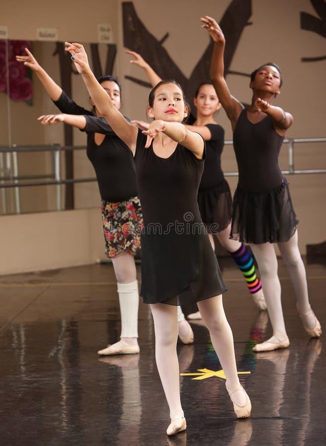 Gruppe Ballett-Kursteilnehmer lizenzfreie stockbilder