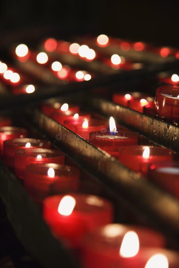 Gruppe beleuchtete Kirchekerzen. lizenzfreie stockfotografie