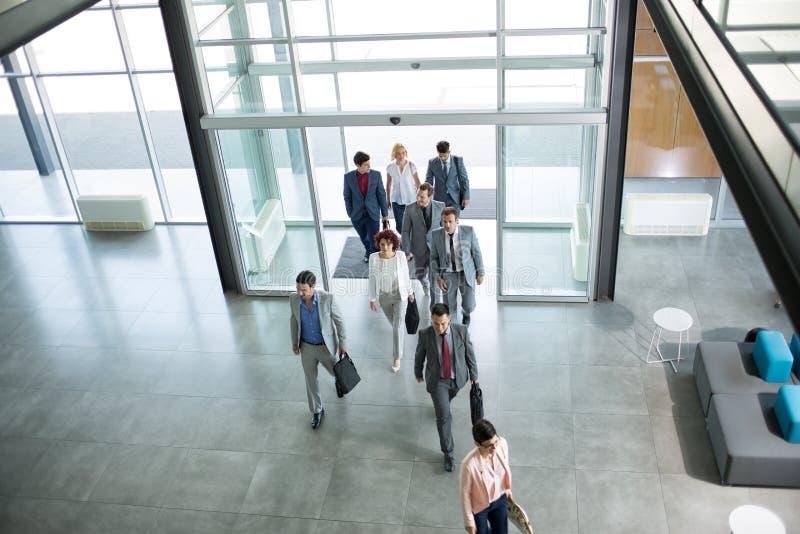 Gruppe Berufsgeschäftsleute, die in Gebäude gehen stockbilder