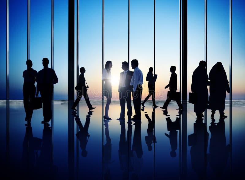 Gruppe beschäftigte Geschäftsleute stockfotos